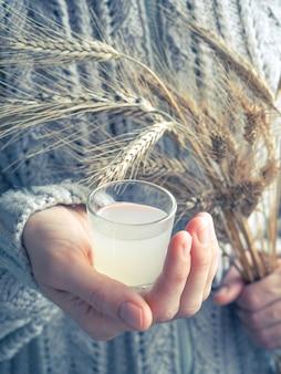 Um copo de vodka nas mãos.