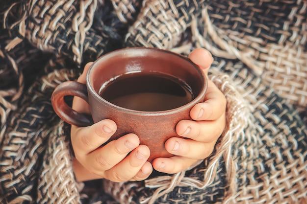 Um copo do chá e um fundo acolhedor do outono. foco seletivo.
