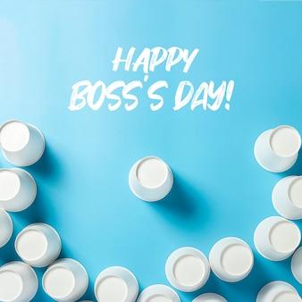 Um copo é cercado por copos de papel para bebidas, sobre um fundo azul. equipe amigável de conceito, líder, diretor, chefe.