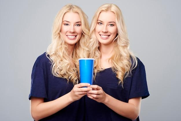 Um copo grande para duas meninas