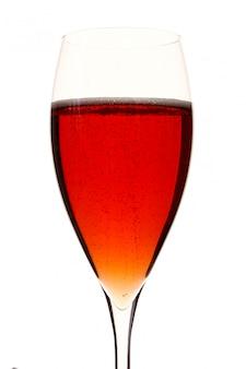 Um copo vermelho champagle com álcool