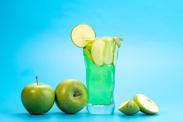 Um coquetel de frutas frescas com fatias de frutas frescas resfriando no azul, beber suco de coquetel de frutas coloridas