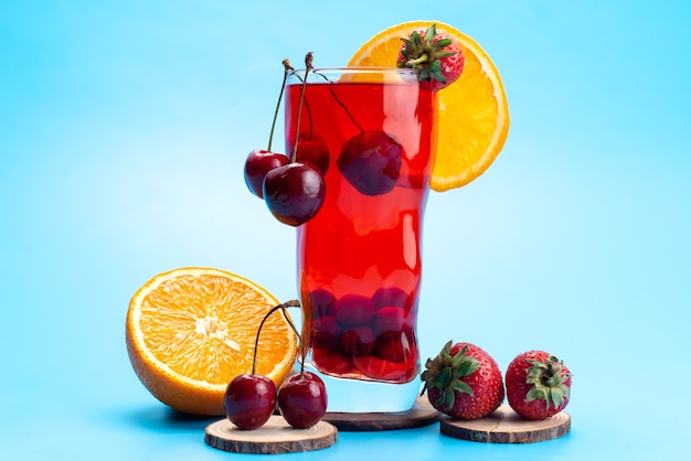 Um coquetel de frutas frescas com gelo de cerejas vermelhas frescas resfriando no azul