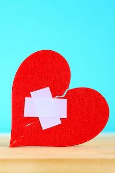 Um coração de feltro vermelho