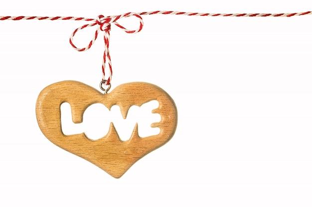 Um coração de madeira isolado no branco