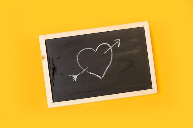 Um coração desenhado com giz em um quadro negro