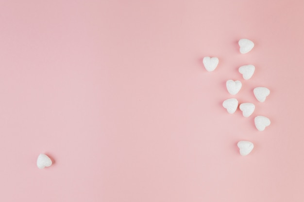 Um coração em forma de doces longe do grupo