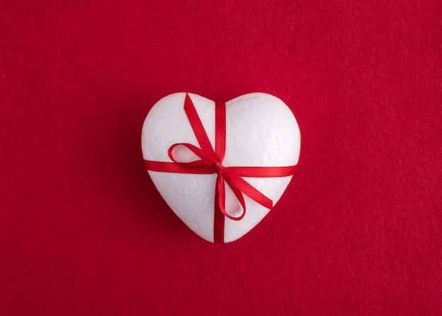 Um coração no fundo vermelho.