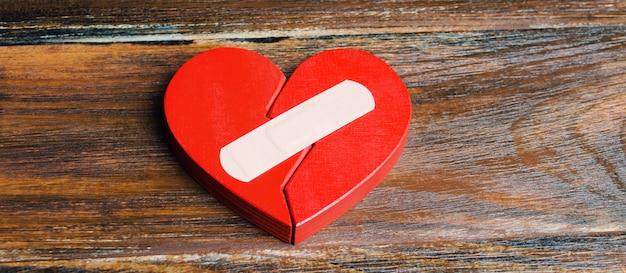 Um coração vermelho com um gesso.