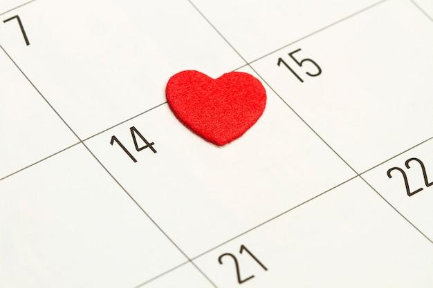 Um coração vermelho no décimo quarto dia de um calendário em uma visualização de perto