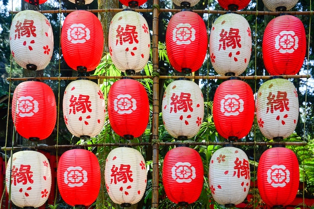 Um cordão de lanternas de papel japonesas decorativas de cor vermelha e branca
