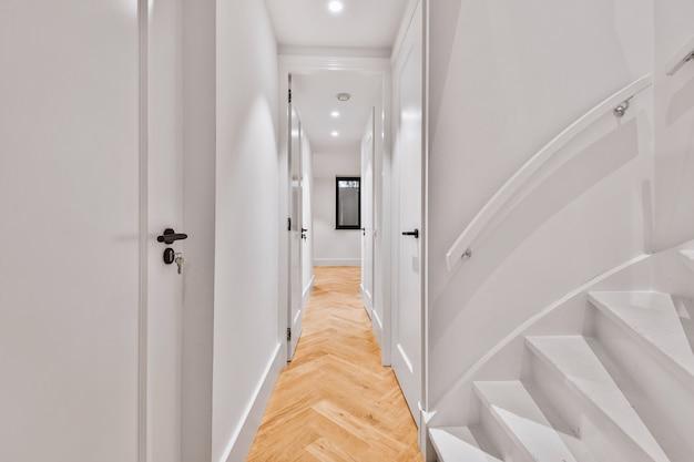 Um corredor vazio projetado em estilo minimalista