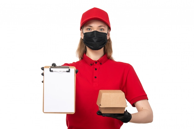 Um correio feminino vista frontal na camisa vermelha e luvas pretas, segurando o pacote com comida e bloco de notas