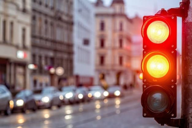 Um cruzamento da cidade com um semáforo. luz vermelha e laranja no semáforo