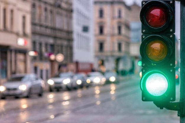 Um cruzamento de cidade com um semáforo. luz verde no semáforo - imagem