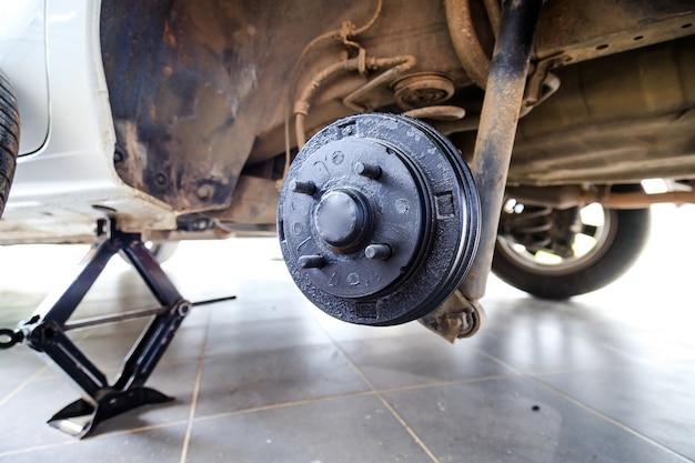 Um cubo traseiro do carro após a remoção do pneu e da roda, mantendo o freio e a roda