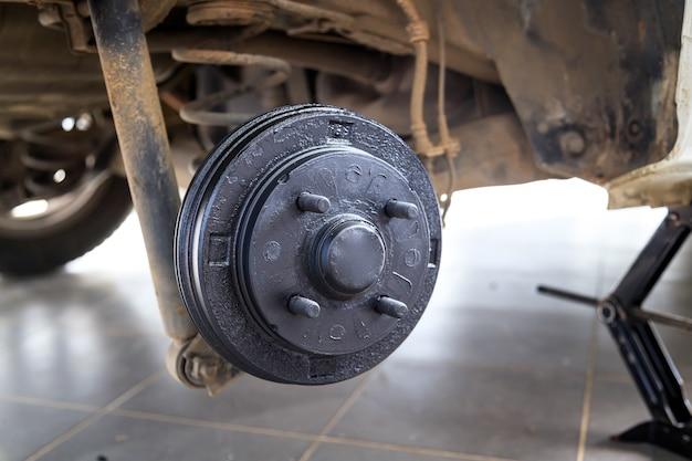 Um cubo traseiro do carro após a remoção do pneu e da roda