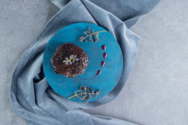 Um cupcake de chocolate doce em um prato azul
