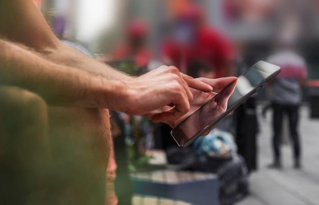 Um dedo de homem tocando uma tela de smartphone
