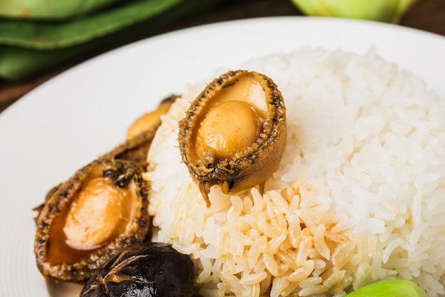 Um delicioso abalone com arroz