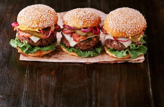 Um delicioso e suculento hambúrguer caseiro em estilo rústico com uma grande costeleta de carne