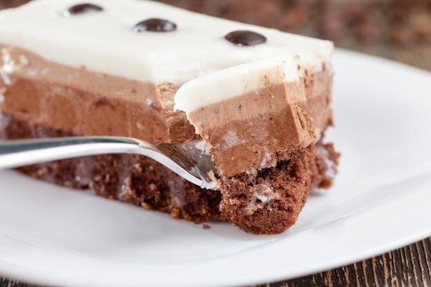 Um delicioso pedaço de bolo de várias camadas com diferentes sabores, hora da sobremesa e hora do chá
