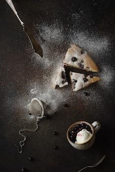 Um delicioso pedaço de bolo em uma mesa com sorvete