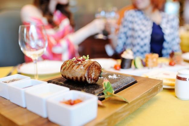 Um delicioso pedaço de carne em um close de pedra