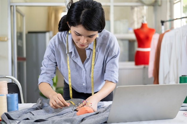 Um designer de moda profissional desenhando um novo modelo de calçado de acordo com a tradição italiana. conceito: moda, design, moda, estilo