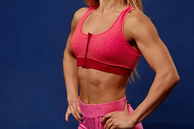 Um detalhe de mulher jovem esporte com corpo perfeito fitness