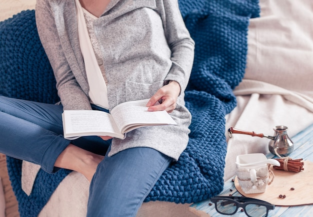 Um dia de relaxamento com café da manhã e menina que está lendo um livro em período de isolamento