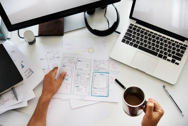 Um diagrama de plano de trabalho do homem sobre uma mesa branca