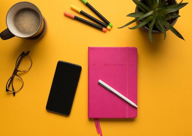 Um diário com lápis e celular