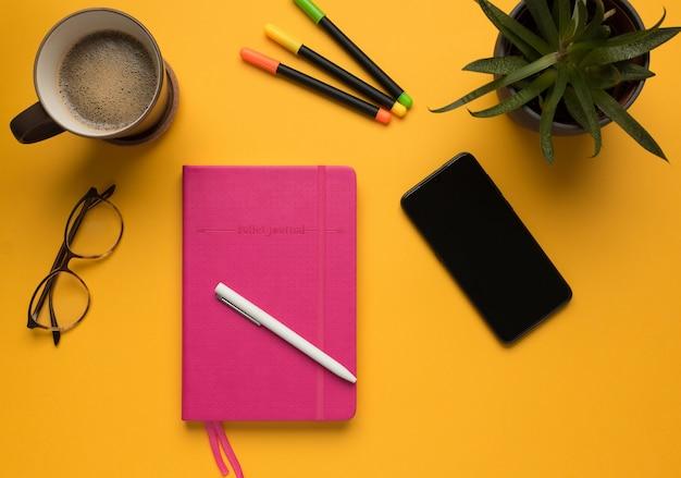 Um diário com lápis e smartphone