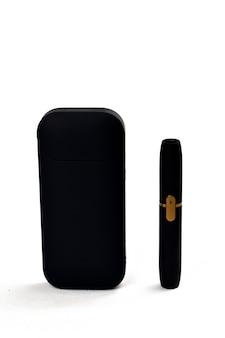 Um dispositivo para aquecer o tabaco. cigarro eletrônico em um fundo branco