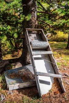 Um dispositivo para descascar pinhas. dispositivo caseiro para artesanato popular. montanhas altai, rússia