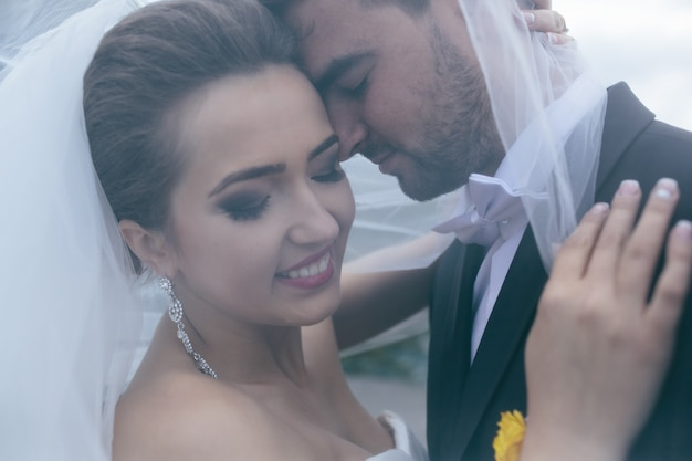 Um doce beijo. noiva e noivo no casamento