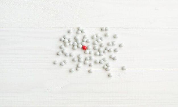 Um doce vermelho entre os brancos. conceito de diferença na sociedade