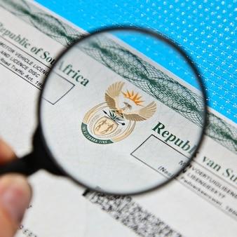 Um documento de licença de veículo motorizado sul-africano
