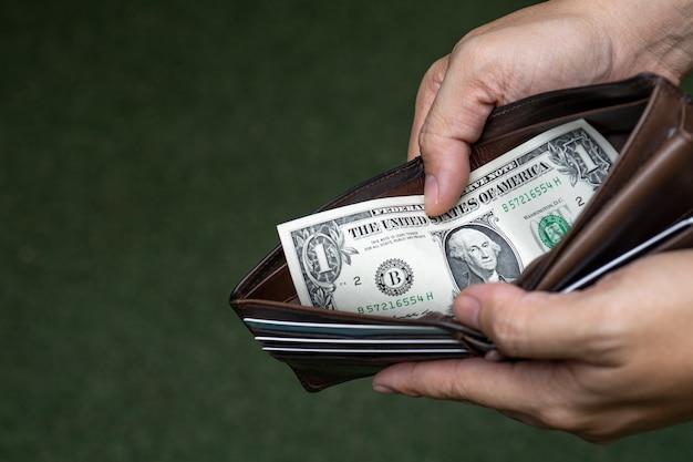 Um dólar dos eua dinheiro na carteira.