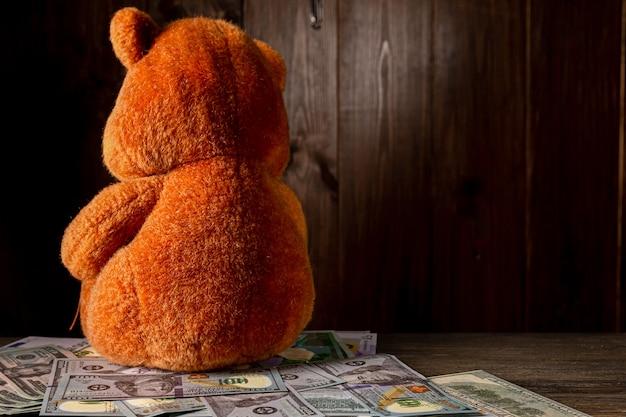 Um dólar velho amassado e um pequeno brinquedo infantil. pensão alimentícia