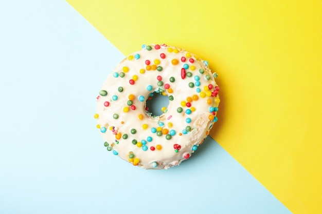 Um donut saboroso em um fundo de dois tons