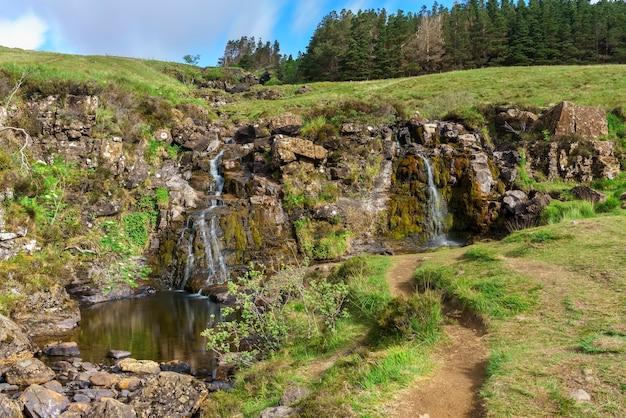 Um dos fenômenos de cachoeiras naturais das piscinas de fadas em glen brittle, na ilha de skye, na escócia