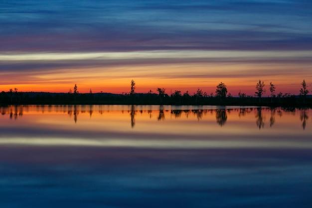 Um dos lagos do pântano yelnya único ao nascer do sol