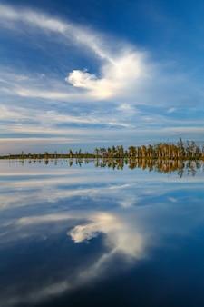Um dos lagos do pântano yelnya único ao pôr do sol