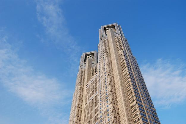 Um dos marcos de tóquio, o prédio do governo metropolitano n1, também chamado de prefeitura de tóquio, localizado no bairro de shinjuku