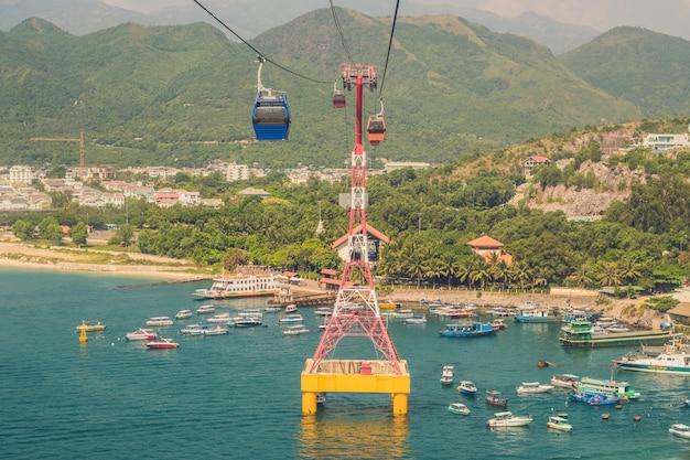 Um dos teleféricos mais longos do mundo sobre o mar levando ao parque de diversões vinpearl, nha trang, vietnã.