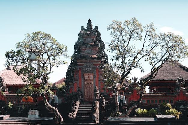 Um dos templos entre as árvores na ilha de bali, indonésia
