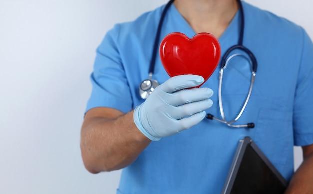 Um, doutor masculino, segurando, um, coração