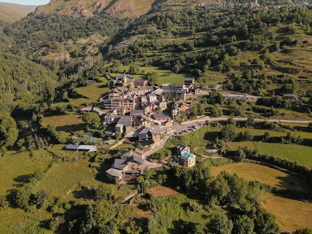 Um drone baleado em uma pequena vila nos pirineus